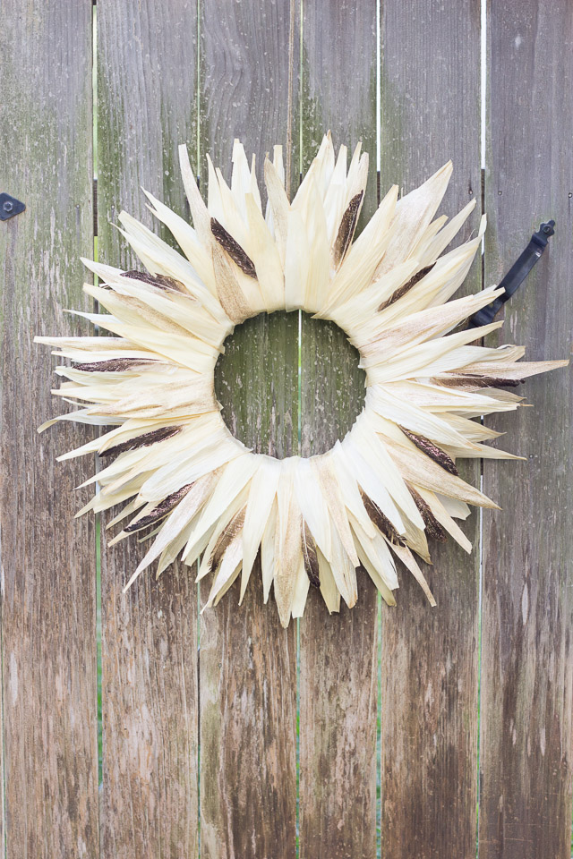 Corn husk and feather Thanksgiving wreath #thanksgivingwreath #cornhuskwreath #fallwreath