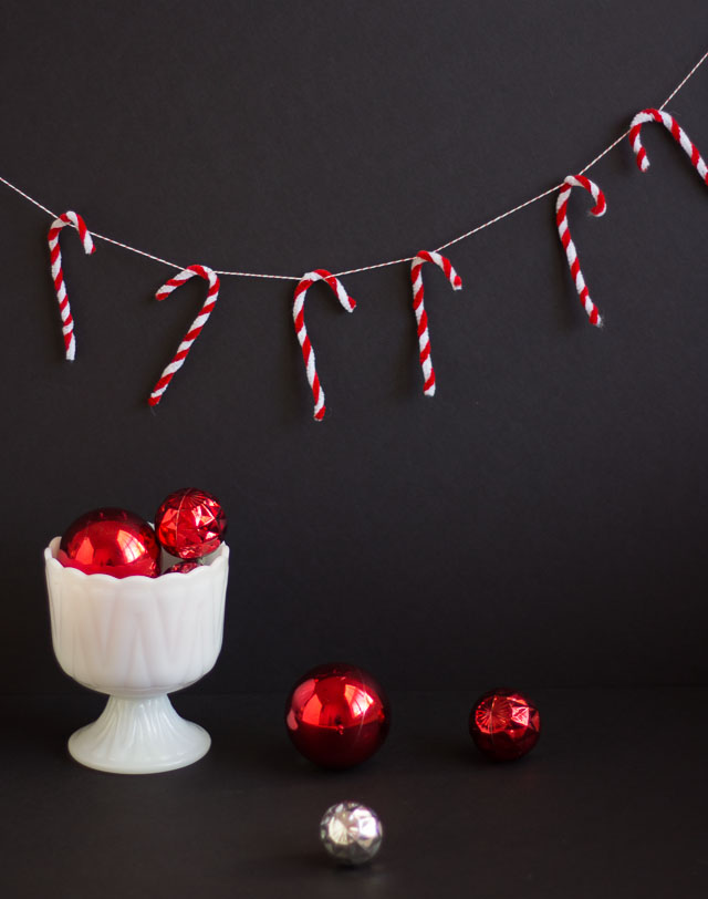 How to make a pipe cleaner candy cane garland #christmasgarland #christmascrafts #pipecleanercrafts