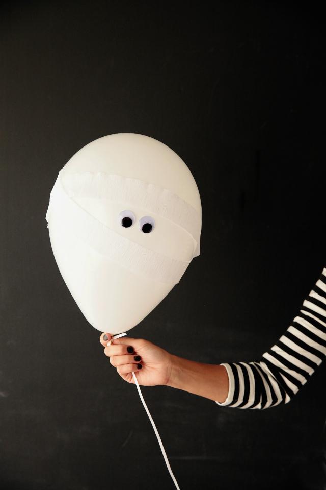 How to make Halloween mummy balloons #halloweenballoons #mummyballoons