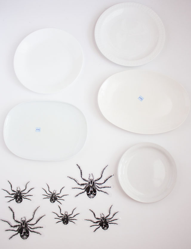 Transform mismatched plates from the thrift store into creepy crawly Halloween wall decor in minutes! http://designimprovised.com