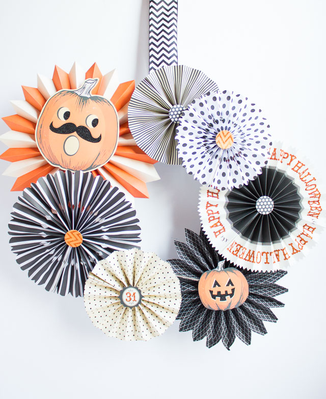 How to make a paper fan Halloween wreath #paperfanwreath #halloweenwreath