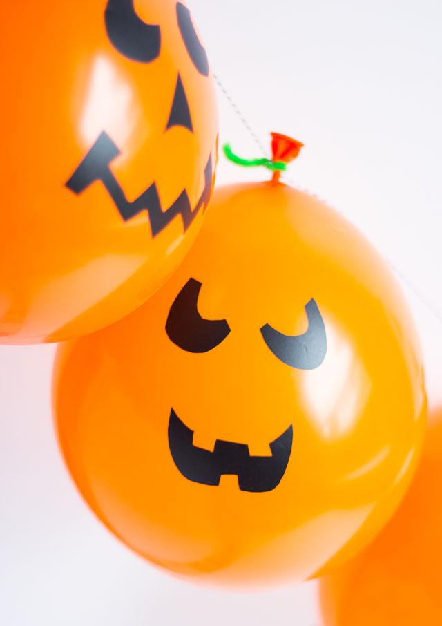 Halloween jack-o-lantern balloon garland
