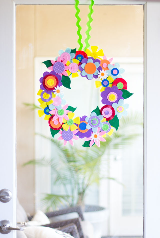 DIY spring flower wreath - a perfect handmade gift idea for Mother's Day!