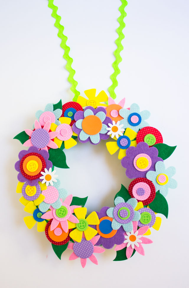 Make this DIY spring flower wreath with a felt flower kit - no cutting required!
