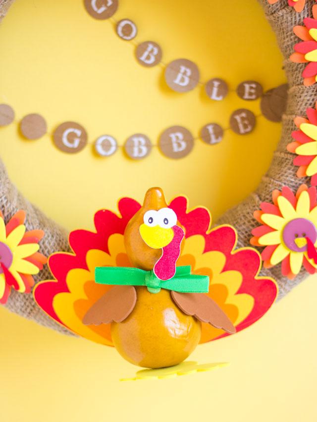 Such a fun Thanksgiving wreath idea - a turkey wreath!