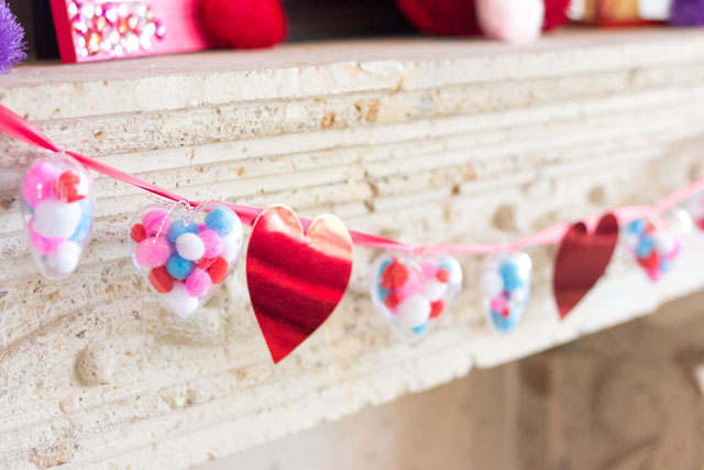 The cutest pom-pom heart garland for Valentine's Day!