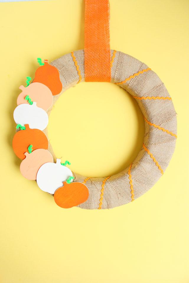 How to make a wood pumpkin fall wreath #fallwreath #pumpkinwreath #burlapwreath
