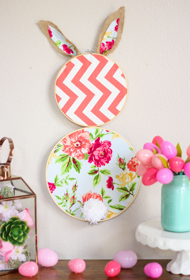 Make this sweet embroidery hoop Easter bunny in minutes! #embroideryhoop #bunnycraft #bunnywreath #fabricbunny