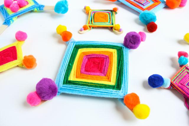 How to make God's Eyes (Ojo de Dios) - such a fun kids craft idea! #godseyes #ojodedios #kidscraft