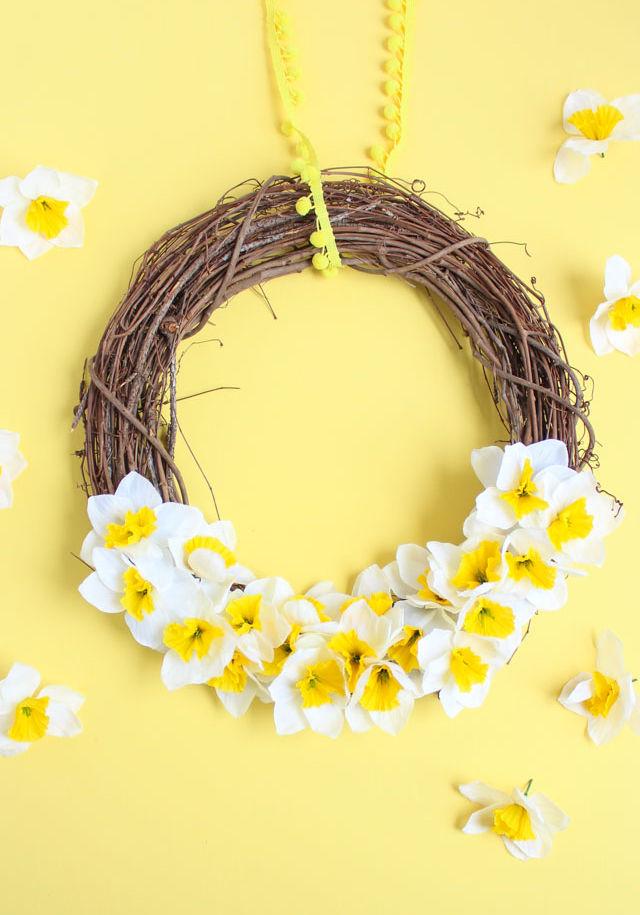 DIY spring daffodil wreath