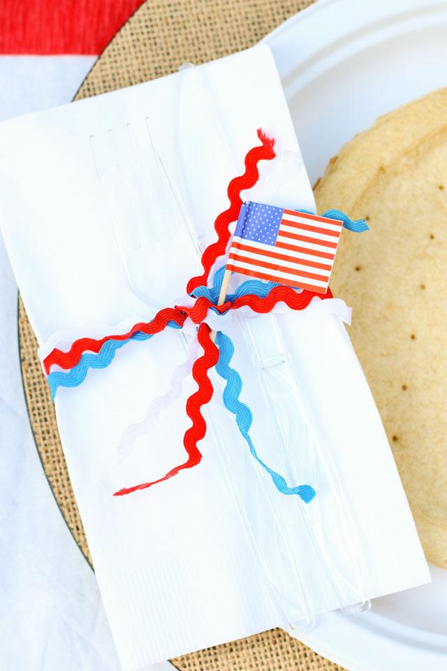 Make simple patriotic napkin rings with rickrack! #patrioticraft #diynapkinring #fourthofjulycraft #memorialdaycraft