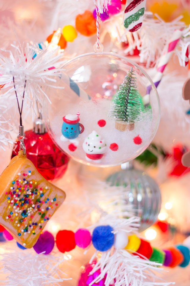 se clear ornaments to show off your favorite collectible toys like Shopkins, LOL dolls, or Lego figures! #clearornaments #shopkinsornament #kidsornament #diyornament