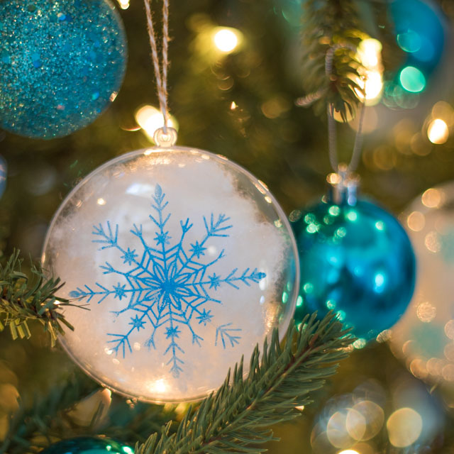 Stencil clear ornaments with snowflakes and fill them with snow! #christmasornaments #snowflakeornaments #clearornaments #marthastewartcrafts #plaidcrafts