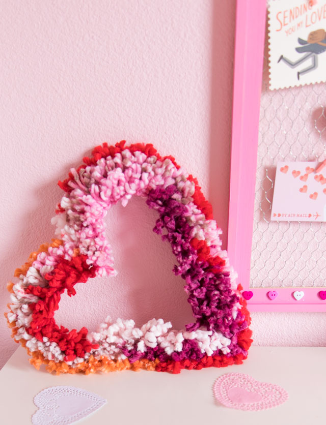 Simple yarn heart wreath - perfect Valentine's Day decor idea! #valentinesdaycrafts #valentinecrafts #heartcrafts #heartwreath #yarncrafts #yarnwreath
