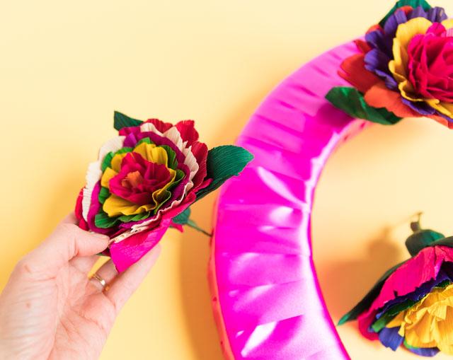 How to make a pretty Mexican fiesta wreath #fiestawreath #cincodemayowreath #cornhuskflowerwreath #mexicanflowerwreath