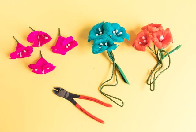 Make a pretty fiesta wreath with this simple tutorial! #fiestawreath #cincodemayowreath #cornhuskflowerwreath #mexicanflowerwreath