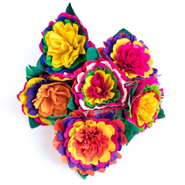 Gorgeous cornhusk flowers for DIY fiesta wreath