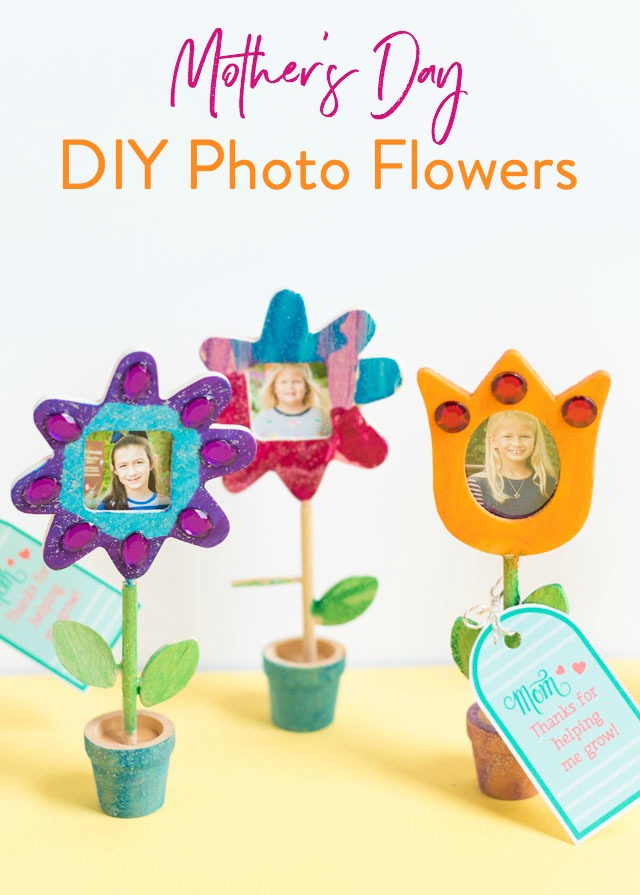 "Make mom these photo flowers with free printable tag that says ""Thanks for helping me grow"" for Mother's Day! #mothersdaydiy #mothersdaycraft #mothersdayprintable"