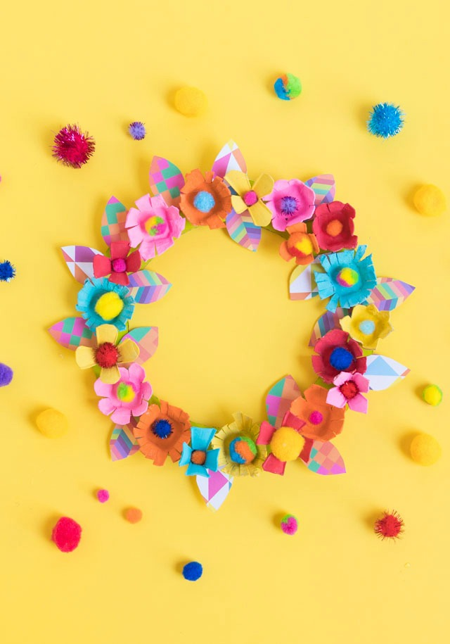 This wreath made from egg carton flowers is such a fun project for Mother's Day! #eggcartoncrafts #eggcartonprojects #eggcartonwreath