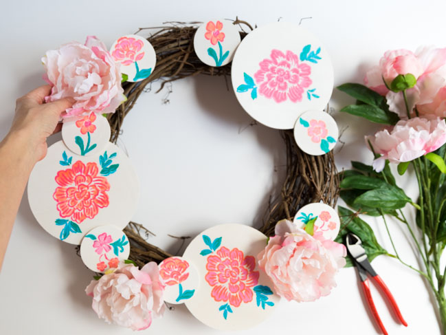 How to make a painted flower wreath