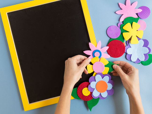 How to decorate a chalkboard with flowers
