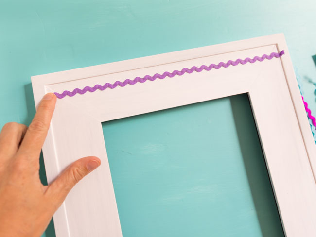 How to decorate a picture frame with rickrack