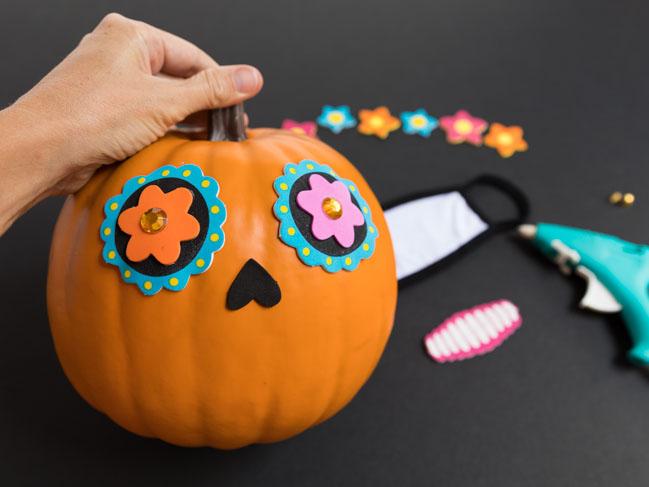 How to make a Dia de Los Muertos pumpkin