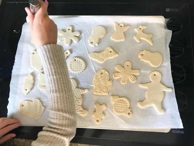 Cómo decorar adornos de masa de sal con utensilios de cocina