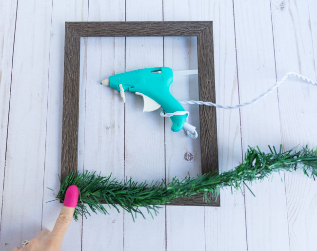 How to decorate Christmas frame with evergreen garland