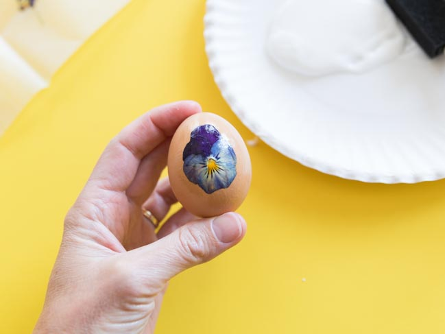 How to decorate eggs with pressed pansies