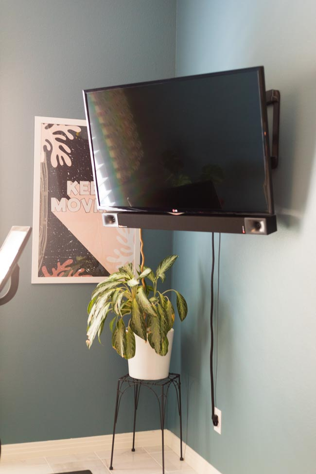 Screen mirror to tv in home Peloton gym